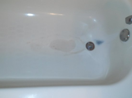 Super 8 by Wyndham Waldorf: Dirty/Stained Tub