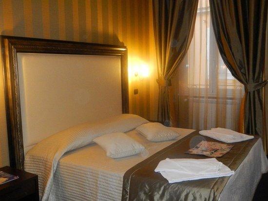 Domus RomAntica:                                     very nice bed & room deco