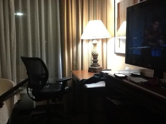 Holiday Inn Hotel & Suites Anaheim (1 BLK/Disneyland):                   desk area