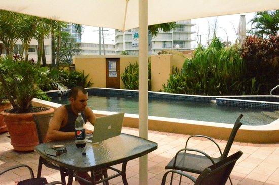 ไฮโฮ บีช อพาร์ทเม้นท์:                   Working by the pool