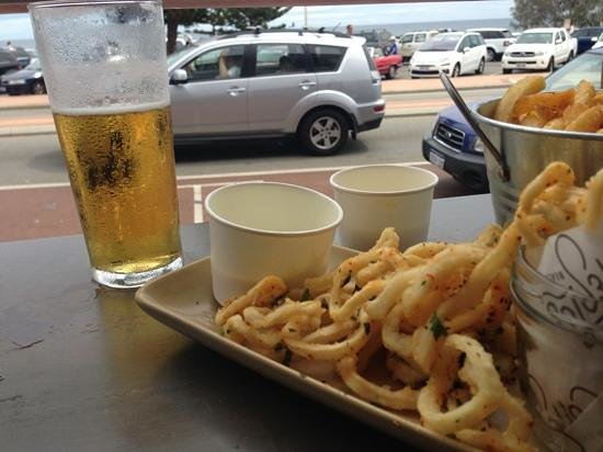 The Cottesloe Beach Hotel : Squid and beer on a sunny afternoon