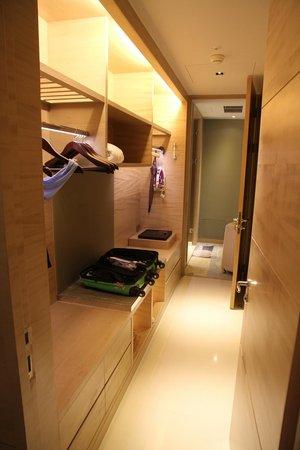 Sheraton Hsinchu Hotel: Walk though wardrobe