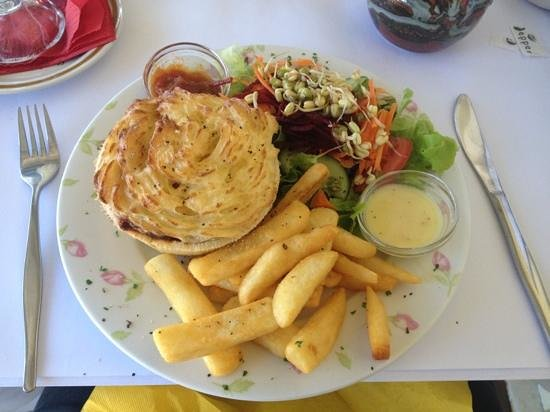 Nash Gallery & Cafe:                   if you find yourself in Eskimo and want a sure hit meal make sure you stop and