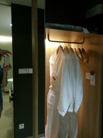 Crowne Plaza Changi Airport: Wardrobe