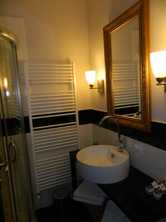 The Rizzo Boutique Hotel: Bathroom