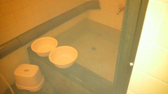 Kotobukiso: お風呂は2つあります、男女区別無いので早い者勝ち!鍵は閉めてね♪