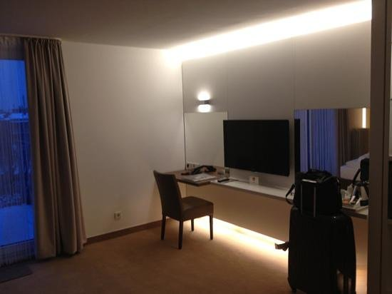 Hotel Conti Duisburg:                   TV and desk in standard room