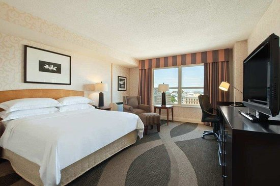 Hilton Madison Monona Terrace: King Bedroom with Lake View