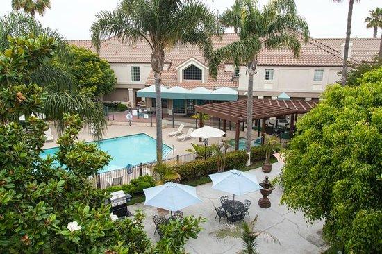 Embassy Suites by Hilton Lompoc Central Coast : Вид с террасы второго этажа на внутренний двор