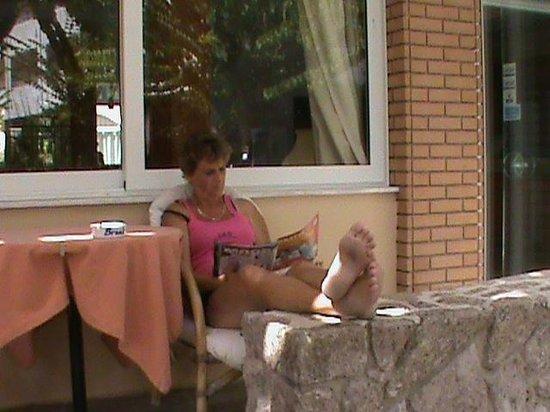 Pavlos Hotel : gezellig zitten op het terras