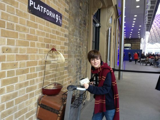 ‪Harry Potter Shop at Platform 9 3/4‬