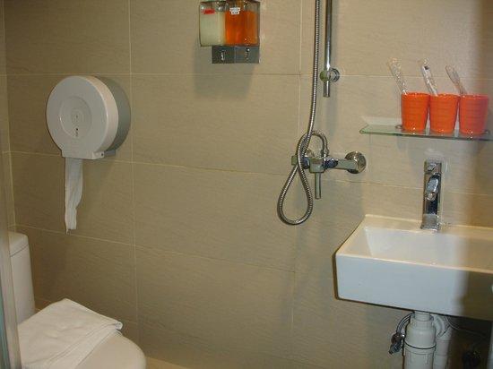 Homy Inn: Bathroom amenities. Toilet and bath are not separate.