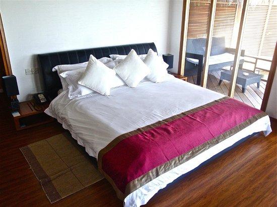 Kuramathi Island Resort: letto della cemra water villas jacuzzi