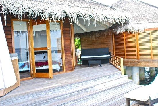 Kuramathi Island Resort: entrata della camera dalla terrazza esterna