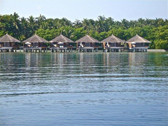 كوراماتي آيلاند ريزورت: vista della water villas dalla barca
