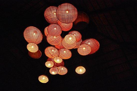 كوراماتي آيلاند ريزورت: lampadario del ristorante