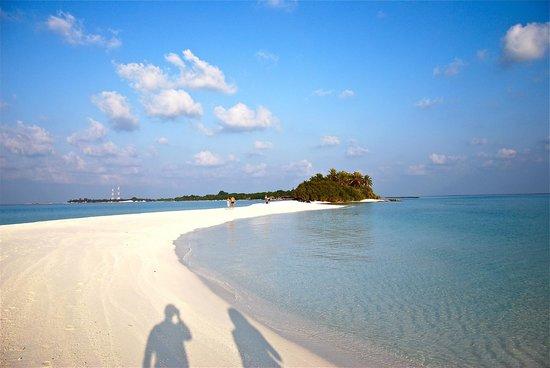 كوراماتي آيلاند ريزورت: vista dell' isola dalla lingua di sabbia
