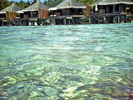 Kuramathi Island Resort: water villas dalla barca