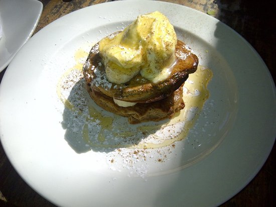 Market: Cinnamon and banana hotcakes with crème fraîche and honey
