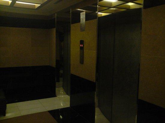 โรงแรมโครอลอัลกูรี่ อพาร์ทเม้นท์: asenseur