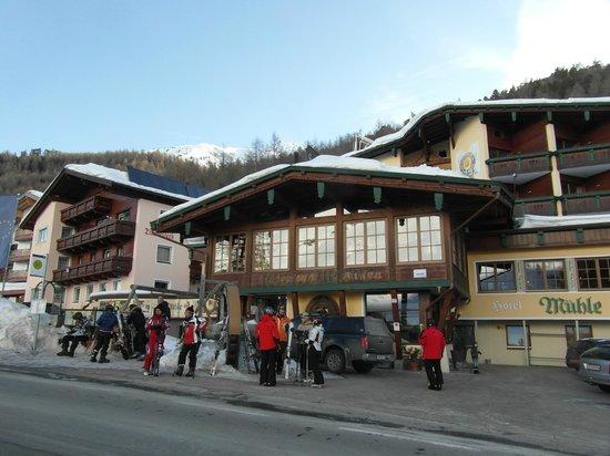 Vitalhotel Muehle:                   Some skiers awaiting the free ski bus