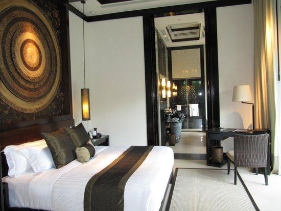 Banyan Tree Samui: Bedroom and adjoining bathroom