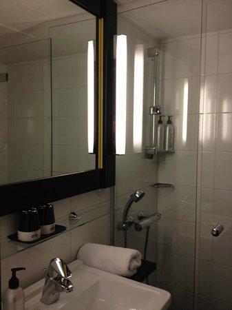 GLO Hotel Art: Bagno pulito e funzionale
