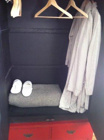 Villa Saint Genes: intérieur armoire