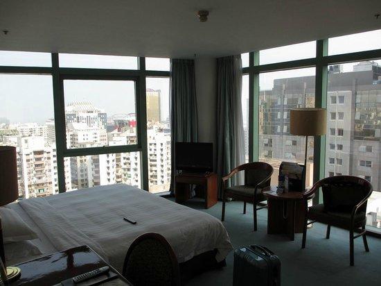 Metropark Hotel: 窓はフロアまでの全面ガラス