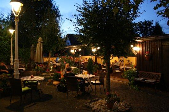 Hotel & Weinhaus Zum Schwarzen Bären: Biergarten
