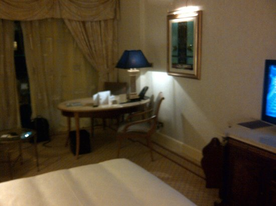 Phoenicia Hotel: Bedroom desk area