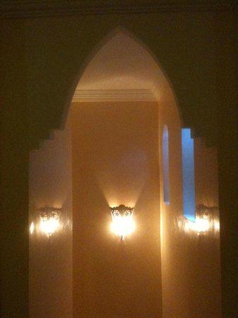 رياض الأميرة فيكتوريا: Split level bedroom.