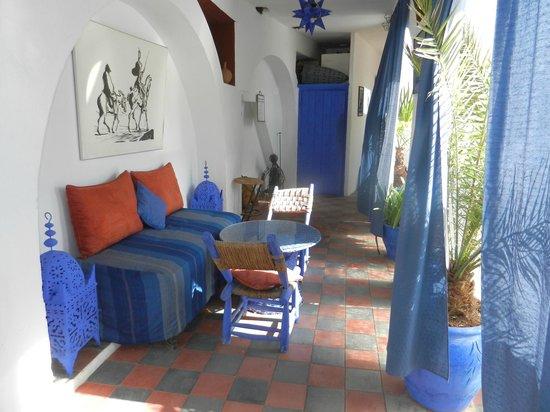 Riad Chouia Chouia: Petit salon bleu à l'étable