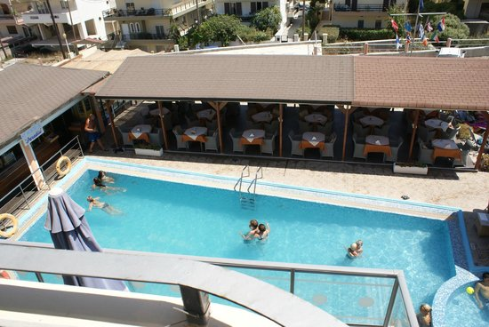 Panorama Hotel Apartments:                   Outside dining and pool