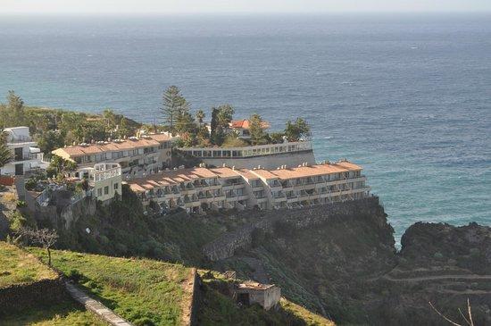 Apartamentos Playa De Los Roques: Hôtel vu de la route