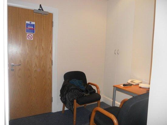 Caring Hotel: La camera: l'armadio e l'angolo tavolino