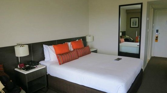 Mercure Sydney International Airport: Large Bed