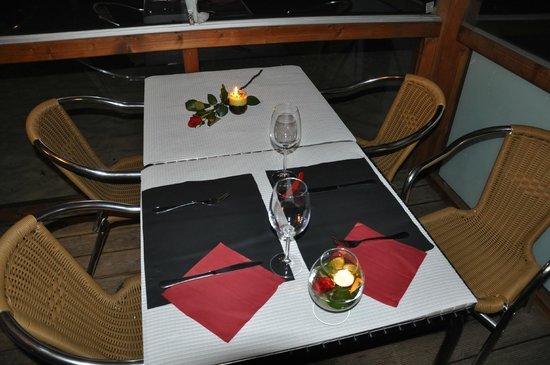 Xakra Beachbar: Table set to receive the lovebirds / Mesa preparada para receber os casalinhos.