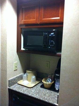 Holiday Inn Express Yreka-Shasta Area: Microwave and fridge