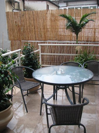 Loui Hotel: patio