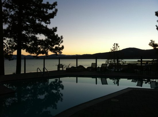 Red Wolf Lakeside Lodge: View of Lake Tahoe from pool