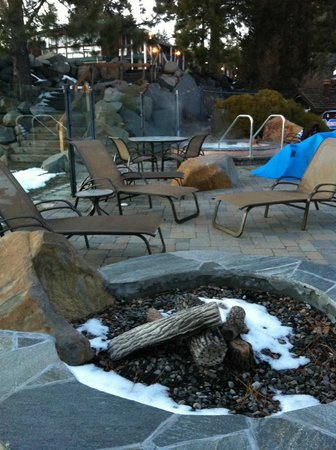 Red Wolf Lakeside Lodge: Pool and jacuzzi