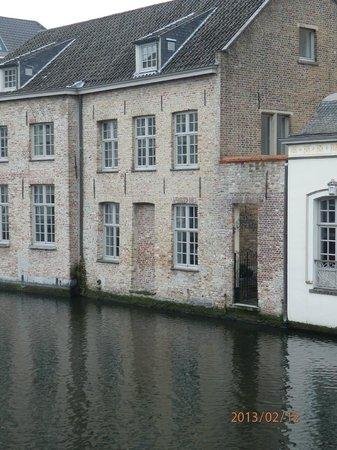 Canalview Hotel Ter Reien: vista del frente del hotel sobre el canal