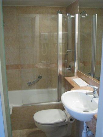 The Maxim Hotel: bathroom