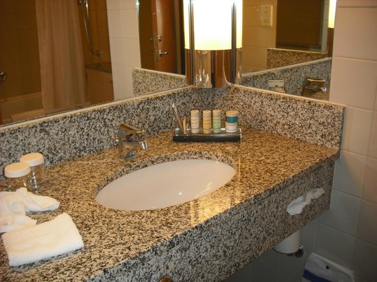 Radisson Blu Hotel, Manchester Airport: Bathroom in Business Class Room
