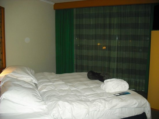 Radisson Blu Hotel, Manchester Airport: View of bed in Business Class Room
