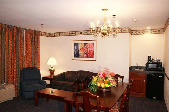 Hampton Inn Cornelia : King Suite Living Area