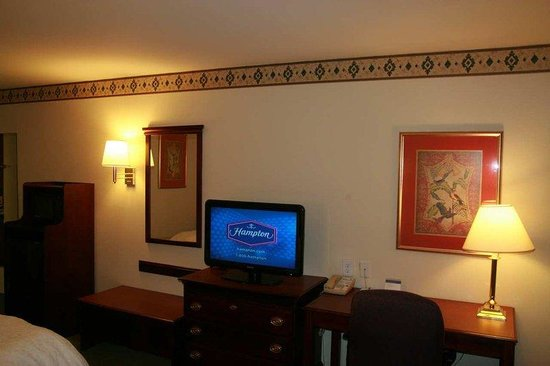 Hampton Inn Cornelia: Flat panel TV in King Room