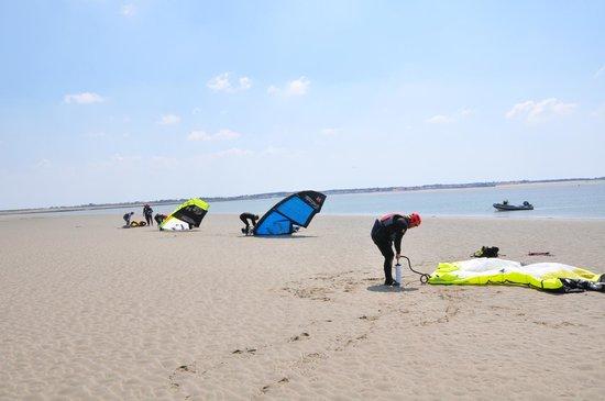 Noirmoutier Kite : Préparation du matériel (sur un banc de sable)