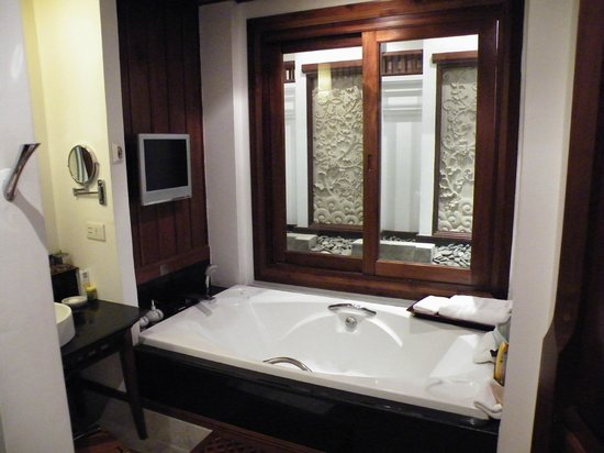 Ratilanna Riverside Spa Resort Chiang Mai: Large bath complete with TV and personal water feature outside